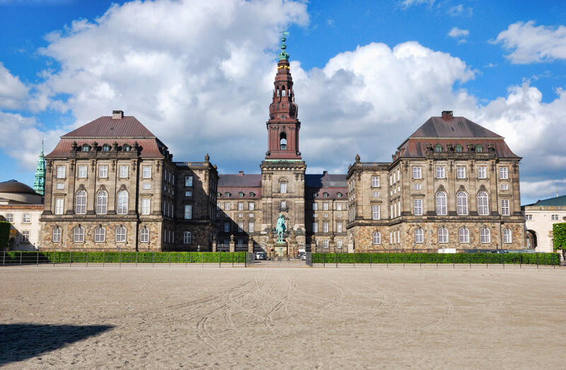 http://vyctravel.com/libs/upload/ckfinder/images/Chau%20Au/Bac_Au/Shutterstock/Cung%20%C4%91i%E1%BB%87n%20Christiansborg.jpg